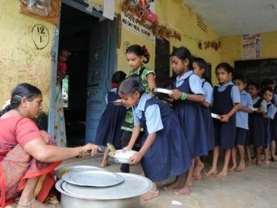 بیلگام کے ایک اسکول میں مڈ ڈے میل کھانے سے 60 بچے بیمار؛ اسپتال میں والدین نے کیا ٹیچروں کا گھیرائو
