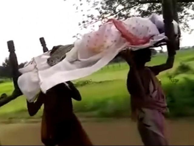 اُڑیسہ میں پھر ایک عجیب وغریب واقعہ؛ غریب بیٹیوں نے اُٹھایا ماں کی لاش؛ جلانے کے لئے استعمال کی چھت کی لکڑیاں