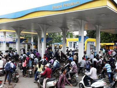 37 روپے کا پٹرول77 روپے میں ہورہا ہے فروخت ، ایک لیٹر پر 40 روپے ٹیکس وصول کر تی ہے حکومت