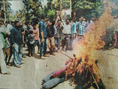 کانگریسی اراکین کی سرسی بلدیہ رکنیت منسوخی معاملہ؛ احتجاجی مظاہرہ میں کانگریسی لیڈروں کے پتلے نذر آتش
