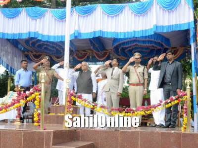District In-charge Minister RV Deshpande hoisted the tricolour in Karwar