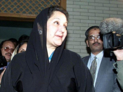 سابق وزیراعظم نواز شریف کی اہلیہ کلثوم نواز لندن روانہ ہو گئیں