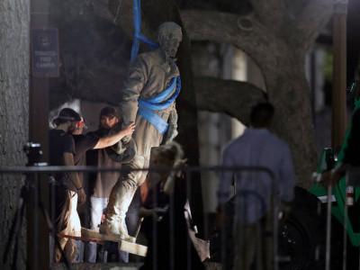 ٹیکساس یونیورسٹی کا کنفیڈریسی کی علامت، چار شخصیات کے مجسمے ہٹانے کا فیصلہ