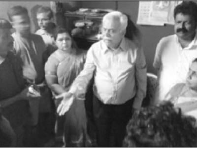 ہوناورتشدد؛ مہلوک پریش میستا کے گھر وزیر دیش پانڈے سمیت عوامی نمائندوں کی ملاقات :1لاکھ روپیوں کاتعاون