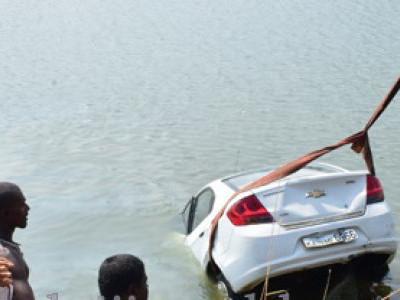 منگلورو: کار بے قابو ہوکر ندی میں گرگئی۔2لڑکیوں کو بروقت بچالیا گیا