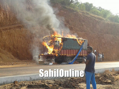 Accidental fire turns truck into ash on Kumta NH66