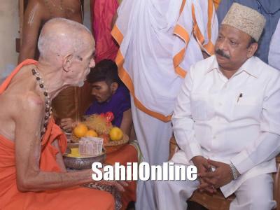 R Roshan Baig Minister for Urban Development & Haj visited Udupi Sri Krishna Math