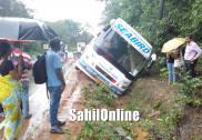 بنگلورو سے گوا جانے والی بس سڑک کنارے نالے میں اتر گئی