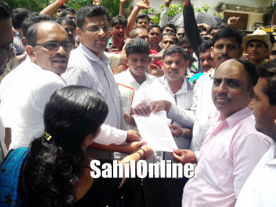 Resident of Jali stages protest outside pattan panchayat office against UGD Sysytem