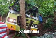 گوکرن کے قریب بس۔کار حادثہ؛ بے قابو بس کی درخت سے ٹکر