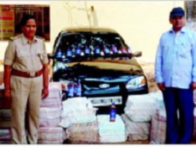 کاروار میں ایک لاکھ سے زائد مالیت کی شراب ضبط؛ ڈرائیور کار چھوڑ کر فرار