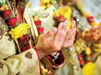 مسلم نوجوان سے شادی کرنے پر بجرنگ دل کامظاہرہ،لڑکی نے دستاویزپیش کیے،دونوں کوبالغ قراردے کرپولیس نے دفاع کیا