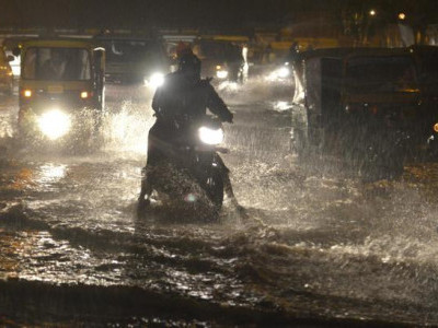 موسلادھار بارش کی وجہ سے شہر میں عام زندگی متاثر،نشیبی علاقے زیر آب ، دوسو سے زائد درخت اور متعدد بجلی کے کھمبے زمین بوس