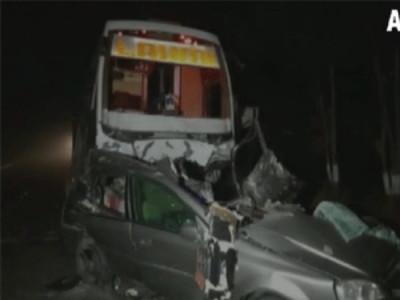 گجرات: کار۔بس تصادم میں 7 نوجوان موقع پر ہلاک