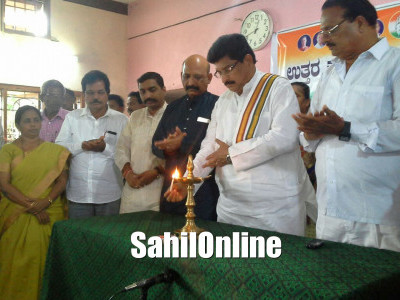 Congress Fishers Unit President U R Sabapathi felicitated at party Office, SIrsi