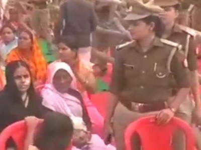 یوگی آدتیہ ناتھ کے جلسہ میں مسلم خاتون کا برقعہ اتار دیا گیا