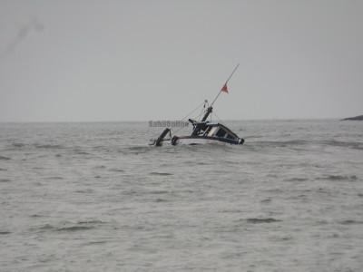 منگلوروکے سمندر میں ماہی گیر کشتی ڈوب گئی۔8مچھیروں کو بچالیا گیا