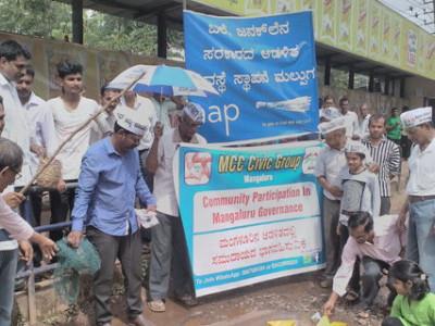 کاغذ کی کشتی اوربارش کا پانی۔ منگلورومیں سڑکوں کی بدحالی کے خلاف انوکھا عوامی احتجاج