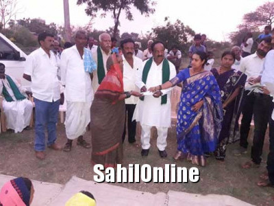 ಹುಬ್ಬಳ್ಳಿ: ಮಂಟೂರ ಗ್ರಾಮದಲ್ಲಿ ಮಳೆನೀರು ನುಗ್ಗಿದ್ದ ಮನೆಗಳ ಸದಸ್ಯರಿಗೆ ಪರಿಹಾರ ಚೆಕ್ ವಿತರಣೆ