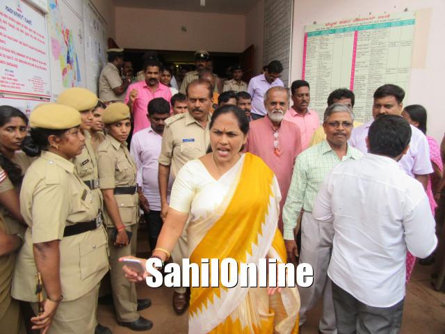 بھٹکل میونسپالٹی عمارت پر پتھرائو کا معاملہ؛ایم پی شوبھا کرندلاجے نے پولس سے کہا؛  بی جے پی کارکنان کی گرفتاری بند کی جائے؛ لیڈران کو گرفتار کرنے کی صورت میں دی دھمکی