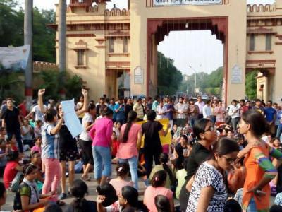 مودی کے وارانسی پہنچنے سے پہلے بی ایچ یو کی طالبات کا مظاہرہ،مخالفت میں لڑکیوں نے سر کے بال بھی منڈوائے