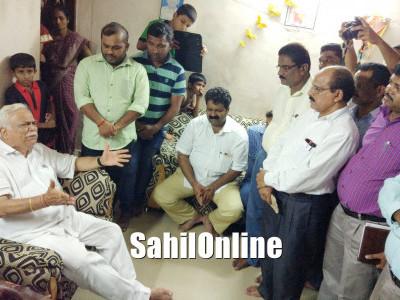 بھٹکل میونسپالٹی دکانوں کا معاملہ؛ خودسوزی کرنے والے رام چندرانائک کے گھر وزیر دیش پانڈے کا دورہ؛ ہرممکن تعائون کی یقین دھانی