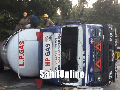 Gas tanker topples on Honnavar NH-66, traffic movement altered