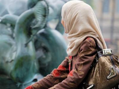 ہاتھ نہ ملانے کے جرم میں مسلم خواتین کو شہریت دینے سے انکار