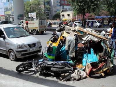 غازی آباد میں بڑا حادثہ:چلتے آٹو پر گرا میٹرو کا گرڈر، 5مسافر زخمی