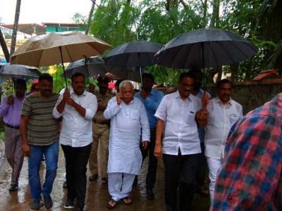 بارش سے متاثرہ علاقوں کو آر وی دیش پانڈے کا دورہ
