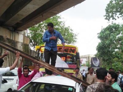 منگلورو:ریلوے اوور برڈج سے چلتی کار پرگری وزنی لوہے کی سلاخ