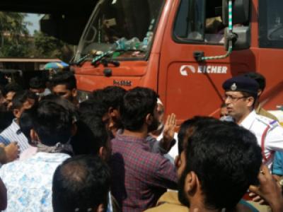 مینگلور: پولیس کے خوف سے سائڈلیتے وقت ٹرک الٹ گیا۔ کلینر کی موت۔ برہم عوام نے کیا راستہ روک کر احتجاج