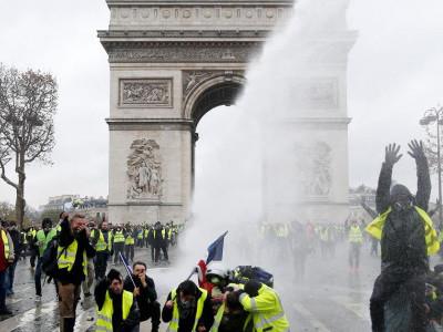 پیرس میں مظاہرے، 'ہنگامی حالت نافذ کی جا سکتی ہے'