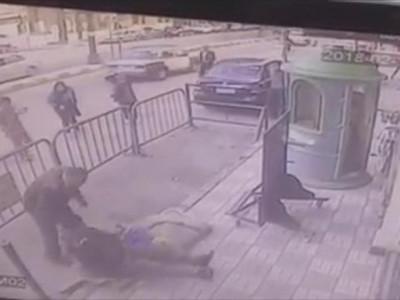 مصری پولیس نے عمارت کی تیسری منزل سے گرنے والا بچہ کیسے بچا لیا؟