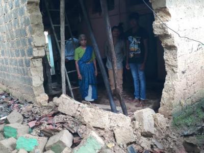 یلاپور میں زوردار بارش کے نتیجے میں گھر کی دیوار گرگئی؛ کسی کو نقصان نہیں