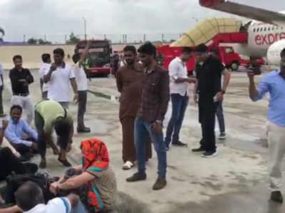 دبئی ۔مینگلور ایئر انڈیا فلائٹ کوچی ایئر پورٹ کی طرف موڑ دیا گیا۔ عید کے لئے مینگلور پہنچنے والے مسافروں نے کیا رن وے پر احتجاج