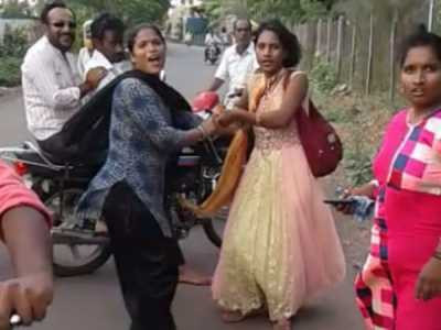 ಬೆಳಗಾವಿ: ನಡು ರಸ್ತೆಯಲ್ಲಿಯೇ ಯುವತಿಗೆ ಮಹಿಳೆಯರಿಂದ ಥಳಿತ