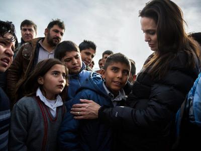 انجلینا جولی کی عید پرعراق کے شہر موصل کے پناہ گزینوں سے ملاقات