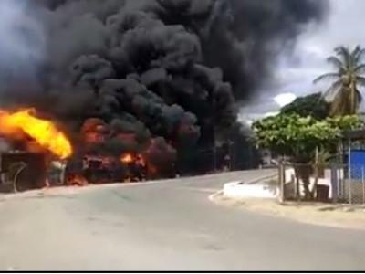چکمنگلور میں پٹرول ٹینکر اُلٹ گئی؛ دو زندہ جل کر ہلاک؛ کئی مکانوں میں آگ؛ سو میٹر تک آگ کے شعلے؛ مرنے والوں کی تعداد زائد ہونے کا خدشہ