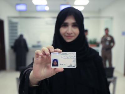 سعودی عرب میں ڈرائیونگ لائسنس پانے والی پہلی خاتون بنی تاریخی لمحہ کی گواہ