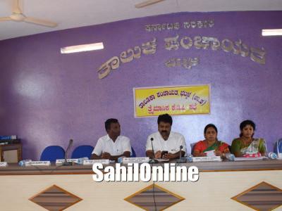 Bhatkal MLA Mankal Vaidya distributing bicycles to newspapers suppliers