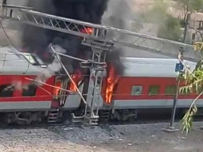 اے پی ایکسپریس میں آتشزدگی، 4 بوگیاں جل کر راکھ