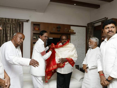 KCR greets Kumaraswamy ahead of swearing-in