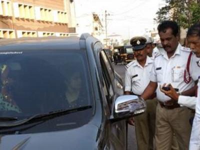 کار کے شیشوں پرکالی فلم چپکانے والوں کے خلاف منگلورو پولیس کی کارروائی