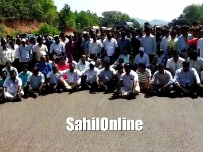 Karwar : Fishermen staged protest against Goa Government