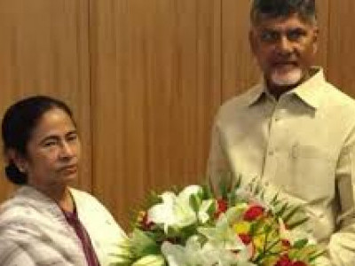 Chandrababu Naidu meets Mamata, announces postponement of Oppn conclave