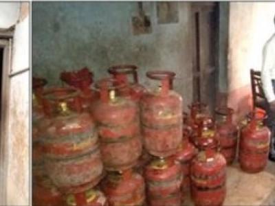 رہائشی گھر میں 80پکوان گیس سلینڈروں کا ذخیرہ : تحصیلدار اور افسران کا چھاپہ ،سلینڈر ضبط