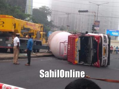Gas tanker overturns near Mangaluru: driver injured, traffic diverted