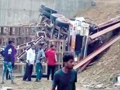 یلاپور میں لاری کھائی میں جا گری : ڈرائیور اور کلینر شدید زخمی