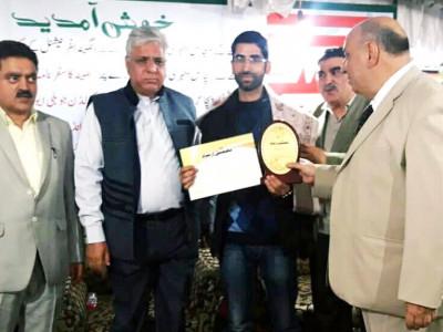 اردو زبان کے نوجوان نقاد اور صحافی غلام نبی کمار''تعمیل ارشاد ادبی ایوارڈ''سے سرفراز